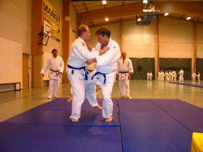 Sinivöisenä valmistautumassa judonäytökseen Lohjalla